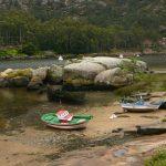 Embarcaciones en tierra firme con la marea baja