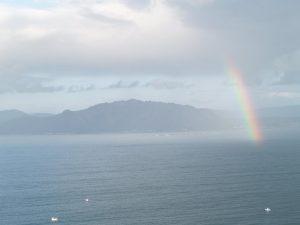 fotos arco iris sobre el mar con el monte Pindo de fondo