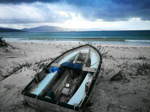 fotos casanosa embarcación típica en la playa