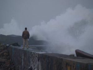 fotos olas rompiendo contra un dique