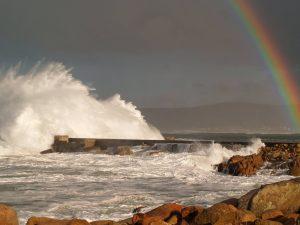 fotos fuerza de las olas rompiendo contra un dique