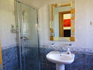 vista del espejo y lavabo