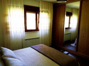 ventana y cortinas en estancia