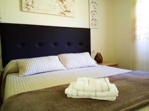toallas de baño sobre la cama