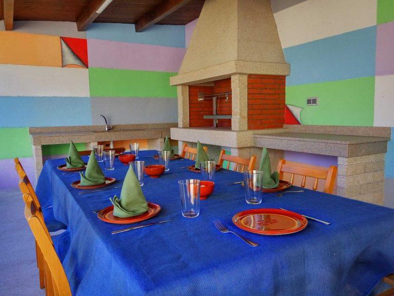 mesa de comer exterior junto al asador