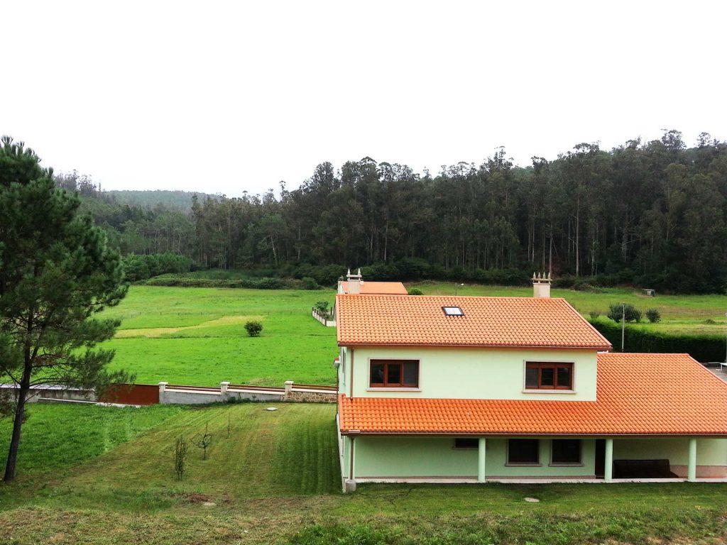 vista trasera del porche de la casa en el campo