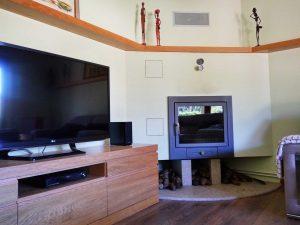 Descanso con chimenea y televisor