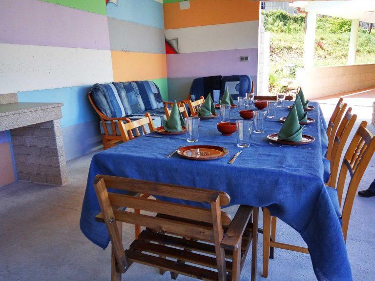 mesa de comer montada con todos los utensilios
